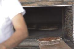 Förbereda Lahmacun deg med färskött Arkivfoto