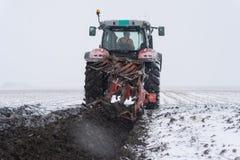 Förbereda land för att så i snö arkivbild