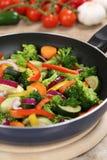 Förbereda matgrönsaker i matlagningpanna royaltyfria foton