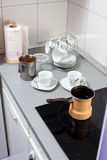 Förbereda morgonkaffe Royaltyfri Fotografi