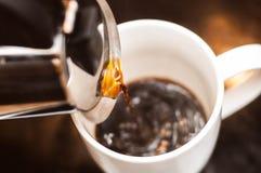 Förbereda morgonkaffe som den bästa starten till dagen royaltyfri bild