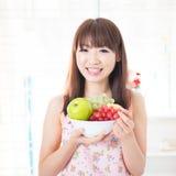 Förbereda nya frukter för familj royaltyfria foton