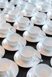 Förbereda nya uppsättningar av kaffekoppen för konferensen som bryter tim Royaltyfria Foton