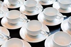Förbereda nya uppsättningar av kaffekoppen för konferensen som bryter tim Royaltyfri Bild