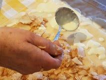 Förbereda och göra äppelpajer Royaltyfri Bild