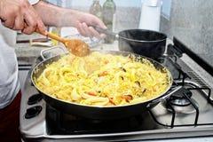 Förbereda Paella - spansk kokkonst royaltyfri bild