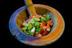 Förbereda papayasallad och ingredienser i en mortel, thailändsk stilgatamat royaltyfria foton
