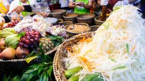 Förbereda papayasallad på en gatamat på mobil restaurang i Bangkok Arkivfoton