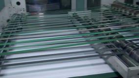 Förbereda papper för att förpacka och att klippa lager videofilmer