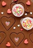 Förbereda pepparkakakakor i formen av en hjärta på valentin övre sikt för dagslut Arkivbild