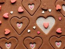Förbereda pepparkakakakor i formen av en hjärta på valentin övre sikt för dagslut Royaltyfri Bild