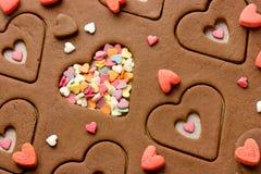 Förbereda pepparkakakakor i formen av en hjärta på valentin övre sikt för dagslut Arkivbilder