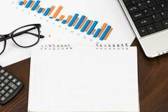 Förbereda rapporten Blåa grafer och diagram Affärsrapporter och p Royaltyfri Foto