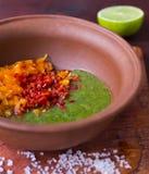 Förbereda salsasås i en bunke Arkivbilder