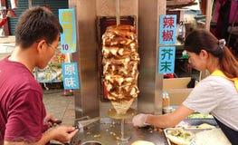 Förbereda Shawarma kött i brödbullar Arkivbild