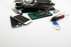 Förbereda sig att ändra en mobiltelefonskärm Mobiltelefonen shoppar reparation och service royaltyfri foto