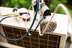 Förbereda sig att installera den nya luftkonditioneringsapparaten fotografering för bildbyråer
