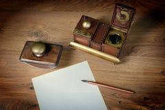 Förbereda sig att skriva ett brev. Arkivbild
