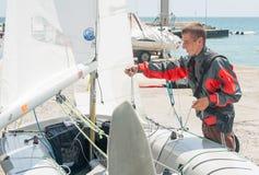 Förbereda sig att starta segla regatta i Pomorie lökformig Royaltyfri Fotografi