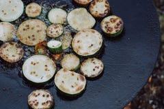 Förbereda sig av den läckra zucchinin på grillfesten utomhus royaltyfria bilder