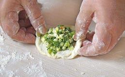 Förbereda sig av den traditionella ägg för ryss och lökpirogen Royaltyfri Foto