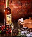 Förbereda sig av den varma drinken för jul Royaltyfria Bilder