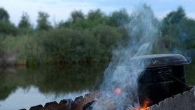 förbereda sig för campfiremat stock video