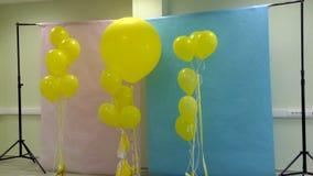 Förbereda sig för en foto-vidoskytte Designstudio med ballonger arkivfilmer