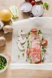 förbereda sig för fisk Rå laxfilé med andra ingredienser Arkivbild