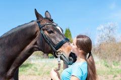 Förbereda sig för hästutbildning Kvinnaägaren kramar hennes favorit- hors arkivfoton