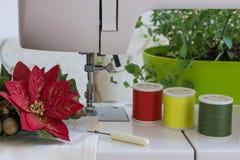 Förbereda sig för jul Sy för symaskin julpynt Sy för jul Royaltyfria Foton