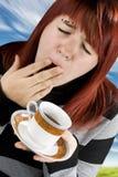 förbereda sig för kaffedrinkflicka som tröttas till royaltyfria bilder