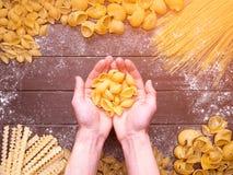 förbereda sig för kockpasta Olik pasta fotografering för bildbyråer