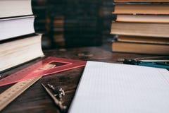 Förbereda sig för kursen av geometri, linjaler, anteckningsbok, läroböcker Royaltyfri Bild