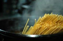 förbereda sig för pasta Fotografering för Bildbyråer
