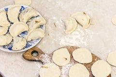 Förbereda sig matlagning som gör hemlagade klimpar med kål fotografering för bildbyråer
