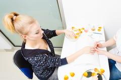 Förbereda sig spikar för manikyr, driftiga tillbaka nagelband arkivbild