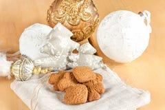 Förbereda sig till jul Glass leksaker och bruna kakor för ingefära Royaltyfri Bild