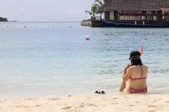förbereda snorkelen till kvinnan Arkivbild