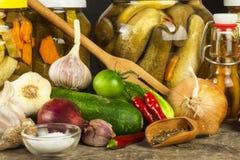 Förbereda sura gurkor i köket gurkor skakar inlagt Hem- grönsaker på burk Liv på lantgården Arkivfoto