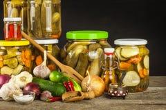 Förbereda sura gurkor i köket gurkor skakar inlagt Hem- grönsaker på burk Liv på lantgården Royaltyfria Bilder