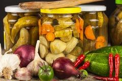 Förbereda sura gurkor i köket gurkor skakar inlagt Hem- grönsaker på burk Liv på lantgården Royaltyfria Foton