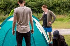 Förbereda tältet i campa tur arkivfoton
