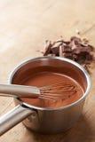Förbereda varm choklad i en kruka Arkivbilder