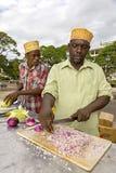 Förbereda Zanzibar pizza på den Forodhani trädgården i stenstad på Z royaltyfria foton
