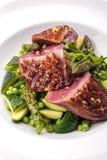 Förberedd nötköttbiff med grönsakgarnering arkivfoto