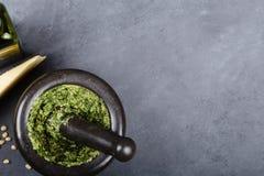 Förberedd pesto i morteln Royaltyfri Foto