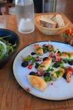 Förberedd platta av bläckfisken och tioarmade bläckfisken på tabellen av en restaurang royaltyfria foton