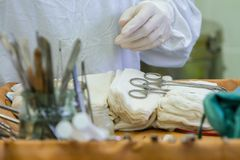 Förberedda hjälpmedel för kirurgi Arkivbild