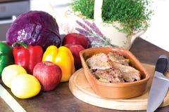 Förberedda mål och nya frukt och grönsaker i köket Royaltyfri Fotografi